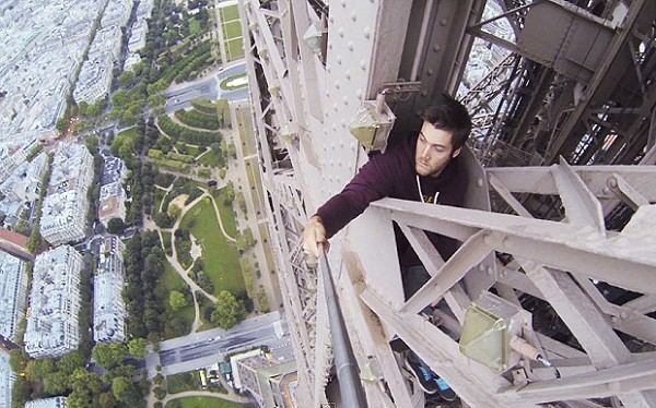 Daredevil-climber-James-Kingston-scales-the-Eiffel-Tower-600x374