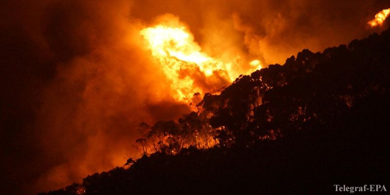 epa05080991 A handout picture made available on 26 December 2015 shows a bushfire at Wye River near Lorne, south of Melbourne, Australia, 25 December 2015. Fires yesterday destroyed 53 houses in the Otway Ranges. Up to 60 homes were destroyed on 25 December as out of control bushfires forced entire towns to flee on the Great Ocean Road, a famous tourist attraction in Victoria in Australia's south. More than 150 firefighters, 60 tankers and 18 aircraft are battling the blaze which is spreading out of control along the scenic tourist coastal drive 145km south-west of Melbourne. People in the popular tourist town of Lorne have been told to evacuate as the fire bears down on them and dozens of houses are on fire in the coastal holiday towns of Separation Creek and Wye River. Country Fire Authority Victoria confirmed 53 houses have been lost with more expected, but there are no reports of death or injury.  EPA/KEITH PAKENHAM -- BEST QUALITY AVAILABLE -- AUSTRALIA AND NEW ZEALAND OUT HANDOUT EDITORIAL USE ONLY/NO SALES