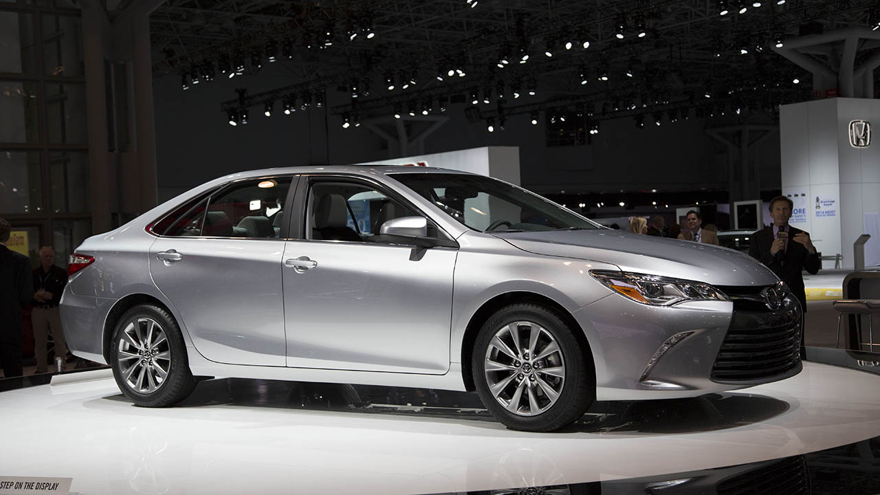 2016-Toyota-Camry-side